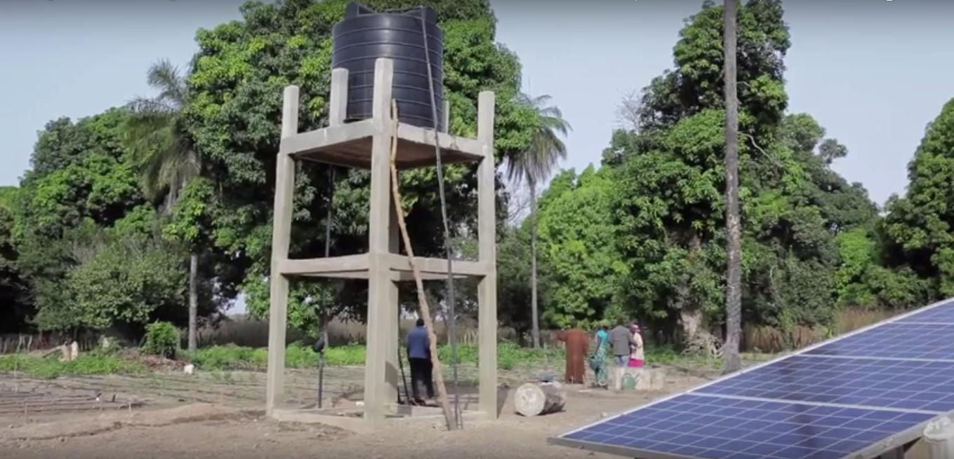 pompage solaire au senegal - vue des panneaux et du chateau d'eau